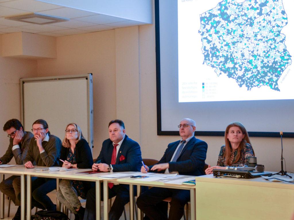 Uczestnicy debaty: siedzą od prawej, prof. Monika Stanny, dyrektor Marcin Przychodzki, starosta lipnowski Krzysztof Baranowski, Olga Gitkiewicz, Bartosz Jakubowski, Rafał Górski